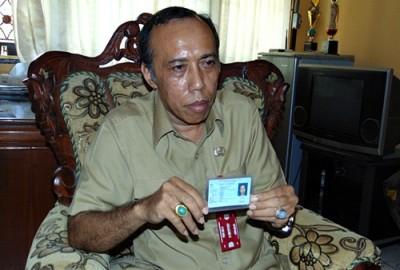 Kadis Dukcapil Kabupaten Bima Andi Sirajudin saat menunjukan bukti KTP asal Desa Tangga. Foto: Ady