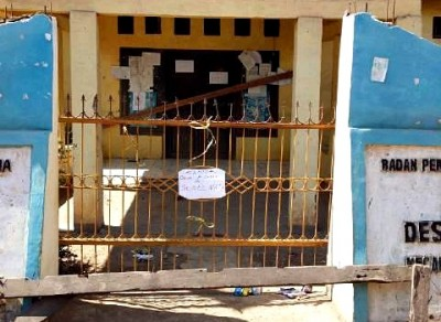 Kantor Desa Rompo Disegel warga. Foto: Ady