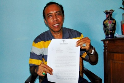 Kepala Dinas Dukcapil Kabupaten Bima Andi Sirajudin menunjukan surat dari Mendagri. Foto: Bin
