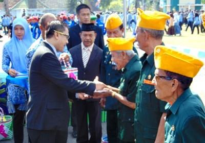 Ketua DPRD Kota Bima Feri Sofyan saat menyerahkan santunan dan bingkisan. Foto: Ady