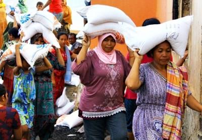 Korban Kebakaran saat membawa beras bantuan dari sejumlah pihak. Foto: Bin