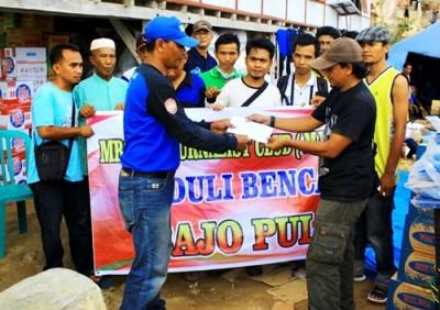 MJC saat menyerahkan bantuan untuk korban kebakaran di Bajo Pulau. Foto: Bin