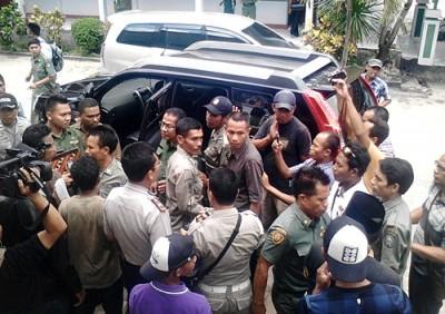 Mobil Dinas Sekda Kabupaten Bima sat disandera oleh warga. Foto: Abu