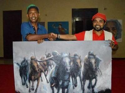 N. Marewo saat membeli lukisan Ridwan Manantik seharga Rp 70 juta. Foto: S R Yadien