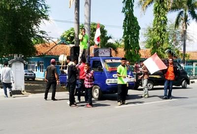 PGK Bima saat aksi di depan Kantor Dinas Pertanian, Tanaman Pangan dan Holtikultura Kabupaten Bima. Foto: Bin