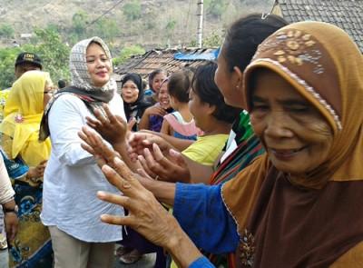 Pasangan DINDA Blusukan di Kecamatan Ambalawi. Foto: Noval