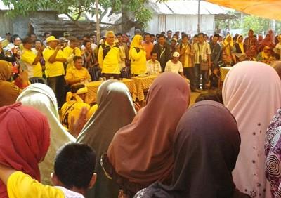 Pasangan DINDA saat memberiakn sambutan dihadapan warga Desa Karampi. Foto: Noval