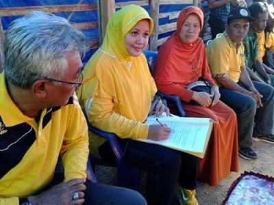 Pasangan DINDA saat teken kontrak Politik dengan warga Nggelu. Foto: Noval