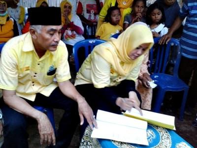 Pasangan DINDA saat teken kontrak politik dengan warga Desa Maria. Foto: Noval