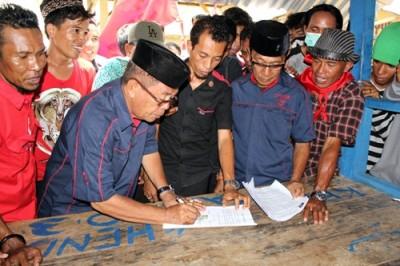 Pasangan SYUKUR saat tandatangan Pakta Integritas dengan PRD. Foto: Deno