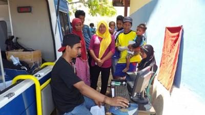 Pelayanan identitas kependudukan oleh Dukcapil di Tambora. Foto: Ady