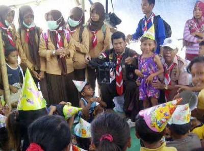 Penanganan trauma yang diberikan Komunitas Pramuka Peduli. Foto: Arief
