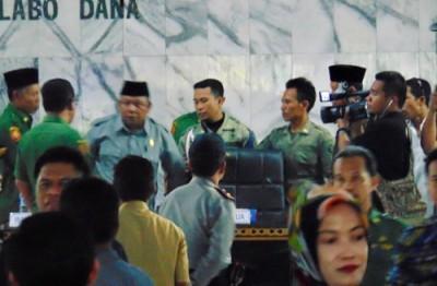 Pimpinan Sidang H. Syamsudin saat diitenangkan usai ngamuk. Foto: Ady
