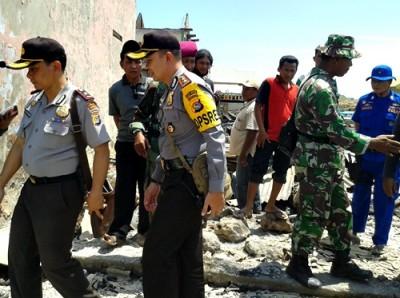 Polri dan TNI saat berada di lokasi kebakaran Desa Bajo Pulau. Foto: Noval