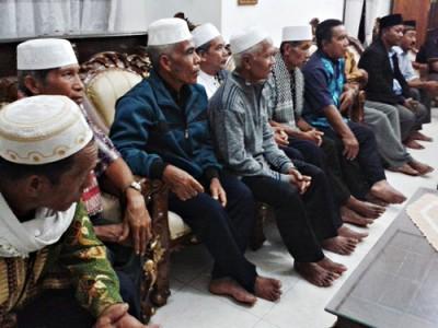 Sejumlah tokoh Kecamatan Ambalawi saat bertandang ke rumah Dinda. Foto: Noval