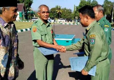 Sekda Kota Bima mewakili Pemerintah saat menerima bantuan dari BAZNAS. Foto: Hum