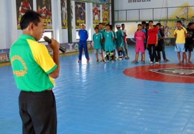 Sekretaris KONI Kota Bima saat membuka secara resmi turnamen Futsal Champion of School. Foto: Ady