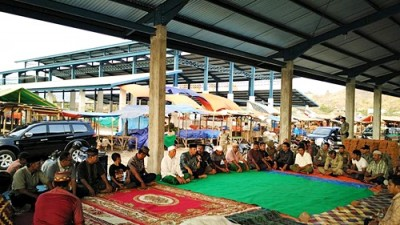 Suasana Doa Syukuran di Pasar Amahami. Foto: Hum