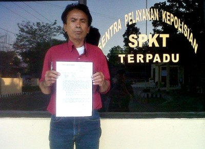 Syafrudin saat menunjukan bukti surat pengaduan usai melapor di Polres Bima Kota. Foto: Ady