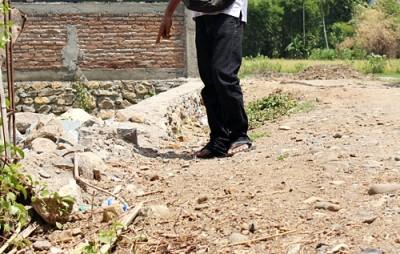 Talud di Kelurahan Santi dalam kondisi rusak. Foto: Bin
