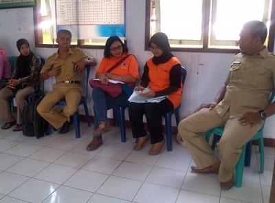 Tim Monev (Baju Orange) bersama Lurah Sarae dan BPBD Kota Bima. Foto: Eric