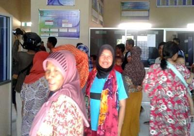 Warga saat demo kantor Lurah Kendo. Foto: Eric