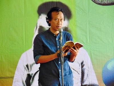 Yusi Avianto Pareanom saat membacakan karya ssastranya di Museum ASI Bima. Foto: Bin