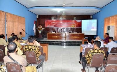 Bupati Bima saat memberikan sambutan pada acara sosialisasi sensu ekonomi. Foto: Hum
