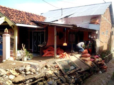 Drainase rumah warga yang belum diperbaiki. Foto: Deno