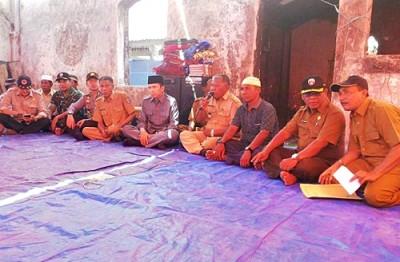 Gubernur NTB saat berada di dalam Masjid Bajo Pulau yang terbakar. Foto: Hum