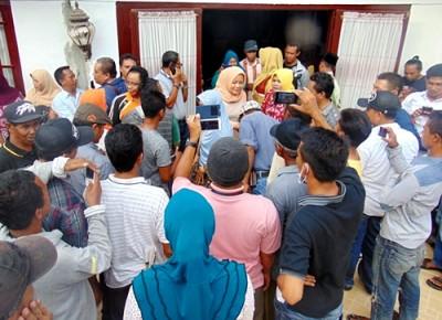 Hj. Indah Damayanti Puteri menyambut kedatangan warga yang memberi ucapan selamat. Foto: Bin
