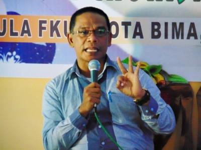 Kasi Binmas Kemenag Kota Bima, Eka Iskandar saat menjadi narasumber dalam kegiatan Dialog Refleksi Akhir Tahun KNPI Kota Bima di Aula FKUB Kota Bima. Foto: Ady