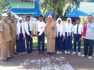 Kepala SMPN 6 Kota Bima, Hj.Nurma didampingi guru dan enam siswa yang meraih medali. Foto: Eric