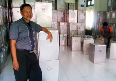 Komisioner KPU Kabupaten Bima saat berada di ruangan Logistik. Foto: Bin