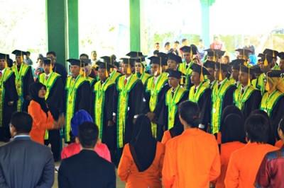 Mahasiswa STISIP Mbojo Bima saat diwisuda. Foto: Deno