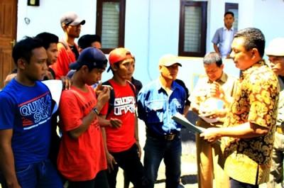 Massa aksi saat ditemui Anggota DPRD Kota Bima. Foto: Deno