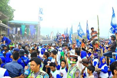 Massa pendukung Ady - Zubair membanjiri Lapangan Pacuan Kuda. Foto: Deno