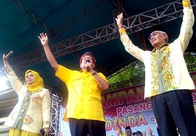 Pasangan DINDA saat kampanye akbar bersama Akbar Tanjung yang diposting di Grup FB Pendukung SYUKUR
