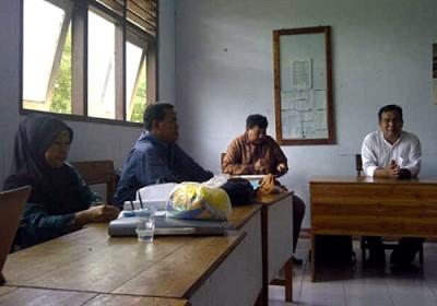 Pengawas saat menilai Kinerja guru SMPN 3 Madapangga.