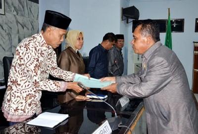 Penyerahan dokumen APBD Kabupaten Bima Tahun 2016. Foto: Hum
