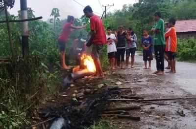 Pipia SPAM di pinggir jalan juga dirusak dan dibakar. Foto: Bin
