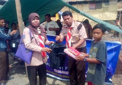 Pramuka Peduli saat menyalurkan Perlengkapan Sekolah untuk Anak Bajo Pulau. Foto: Bin