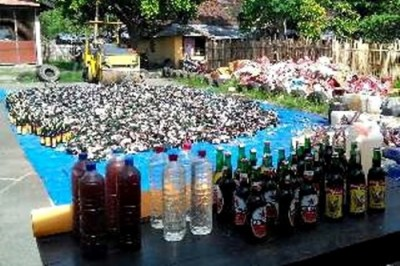 Ribuan botol miras siap dimusnahkan. Foto: Bin