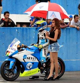 Rider Putra Sang Bima bersama gadis payung.
