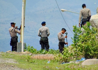 Anggota Brimob Detasemen A Bima terlihat mencari sesuatu yang diduga selongsong peluru di tanjakan Jalan Sambinae - Amahami. Foto: ADy