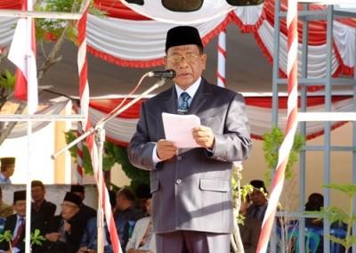 Sekda Kabupaten Bima saat membacakan sambutan HUT NTB ke-57. Foto: Hum