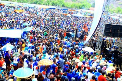 Sekitar puluhan ribu pendukung SYUKUR memadati lapangan. Foto: Deno