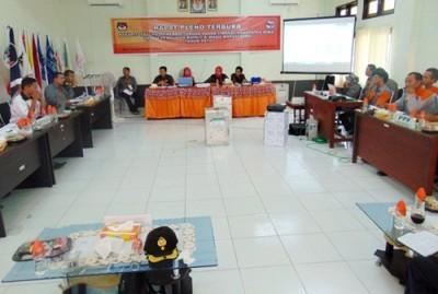 Suasana rekapitulasi surat suara ditingkat Kabupaten Bima. Foto: Bin