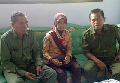 Tifani Nursakila didampingi dua guru di sekolahnya.