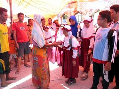 Tk Yaa Bunayya dan SD Integral Lukman Al Hakim saat  menyerahkan bantuan kepada Masyarakat Bajo Pulau. Foto: Eric